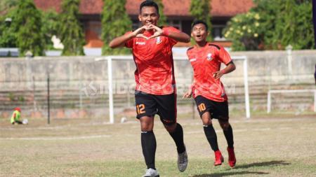 Selebrasi penyerang Perseden Denpasar, Fajar Ferdy Saputra setelah menjebol gawang Persebi Bima pada leg kedua final Liga 3 zona Bali Nusra di Stadion Kompyang Sujana, Denpasar, Senin (02/12/19). - INDOSPORT