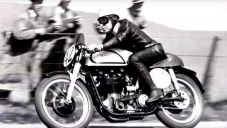 Dunia MotoGP dan Formula 1 berduka lantaran legenda balap asal Australia, Ken Kavanagh, meninggal dunia. - INDOSPORT