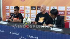 Indosport - Pemain klub Liga 1 Borneo FC, Muhammad Atul Ikhsan (kiri) menghadiri sesi konferensi pers pasca-laga melawan PSM Makassar. (Adriyan Adirizky/INDOSPORT)