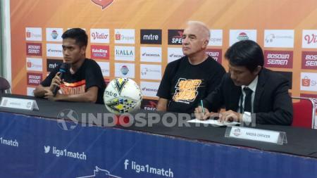 Pemain klub Liga 1 Borneo FC, Muhammad Atul Ikhsan (kiri) menghadiri sesi konferensi pers pasca-laga melawan PSM Makassar. (Adriyan Adirizky/INDOSPORT) - INDOSPORT