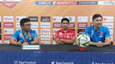 Gelandang muda klub Liga 1 PSM Makassar, M Arfan (tengah) mengaku sangat kecewa setelah ditahan imbang Borneo FC pada Liga 1 Senin (02/12/19) kemarin. - INDOSPORT