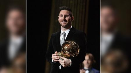Pemain dari klub Liga Spanyol, Barcelona, yakni Lionel Messi raih penghargaan Ballon d'Or 2019 - INDOSPORT