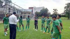 Indosport - Para pemain PSMS mendapat arahan dari manajemen dan legenda Nobon dan Parlin sebelum latihan di Stadion Kebun Bunga, Medan, Senin (2/12/19) sore.