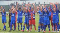 Indosport - Pemain Persib Putri menghampiri Bobotoh di tribun barat seusai pertandingan leg pertama semifinal Liga 1 Putri 2019 menghadapi Arema FC Putri di Stadion Siliwangi, Kota Bandung, Minggu (01/12/2019).