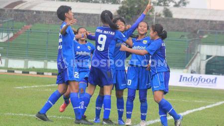Pemain Persib Putri merayakan gol Mila ke gawang Arema FC, pada pertandingan leg pertama semifinal Liga 1 Putri 2019 di Stadion Siliwangi, Kota Bandung, Minggu (1/12/19). - INDOSPORT
