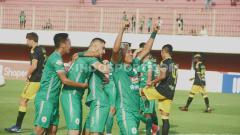 Indosport - Selebrasi pemain PSS Sleman saat merayakan gol ke gawang Perseru Badak Lampung FC pada Shopee Liga 1, di Stadion Maguwoharjo, Sleman, Selasa (03/12/19).