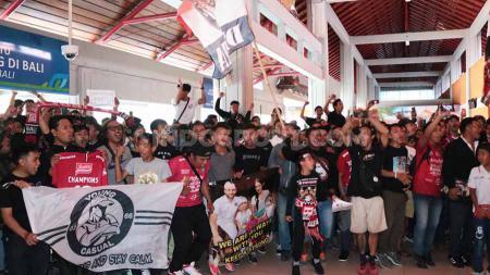 Ratusan suporter Serdadu Tridatu memadati terminal domestik Bandara Internasional Ngurah Rai, Denpasar, untuk menyambut tim Bali United yang telah memastikan gelar juara Liga 1, Selasa (03/12/19). - INDOSPORT