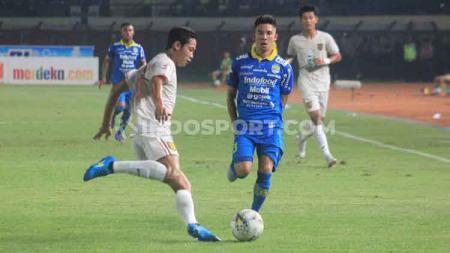Pemain Persib Bandung, Kim Jeffrey Kurniawan mencoba memblok bola sepakan pemain Persela saat  pertandingan Liga 1 2019 di Stadion Si Jalak Harupat, Kabupaten Bandung, Selasa (03/12/2019). - INDOSPORT