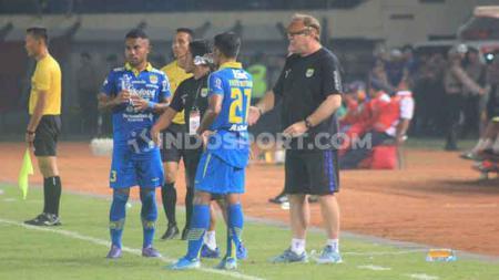 Pelatih kepala Persib Bandung, Robert Rene Alberts,  memberikan pesan berkelas kepada para pemain meski kompetisi diliburkan. - INDOSPORT