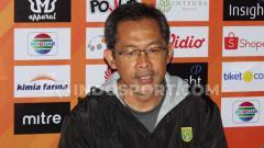 Indosport - Pelatih klub Liga 1 2019, Persebaya Surabaya, Aji Santoso saat konfrensi pers usai laga.