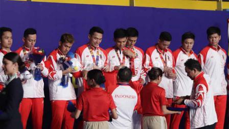 Penyerahan medali emas kepada kontingen bulutangkis Indonesia pada Final SEA Games Filipina 2019, Rabu (04/12/19).