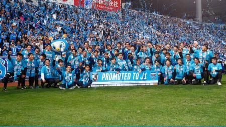 Pemain Yokohama FC merayakan keberhasilan promosi ke Liga 1 Jepang musim depan. - INDOSPORT