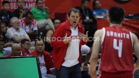Coach Timnas Basket Indonesia, Rajko Toroman saat memberi instruksi pada anak asuhnya di SEA Games 2019.