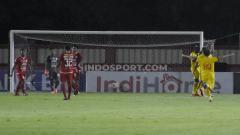 Indosport - Kekecewaan para pemain Persija (kiri) saat Bhayangkara FC sukses mencetak gol ke gawang Andritany pada laga Liga 1 di Stadion PTIK Jakarta, Rabu (04/12/19).