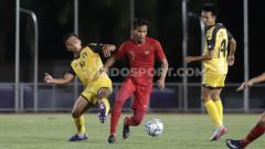 Indosport - Zulfiandi (tengah) memastikan dirinya tetap berstatus sebagai bagian Madura United.