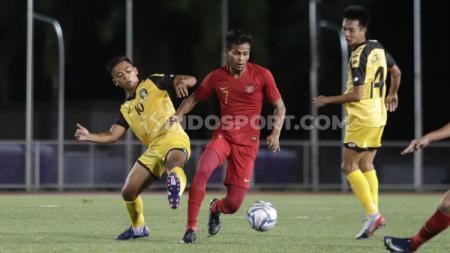 Zulfiandi (tengah) memastikan dirinya tetap berstatus sebagai bagian Madura United. - INDOSPORT