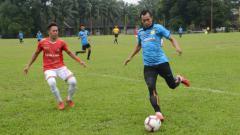 Indosport - Karo United (baju merah) berhasil melaju ke putaran nasional Liga 3 usai menang agregat 3-2 atas PSLS Lhokseumawe (baju biru).