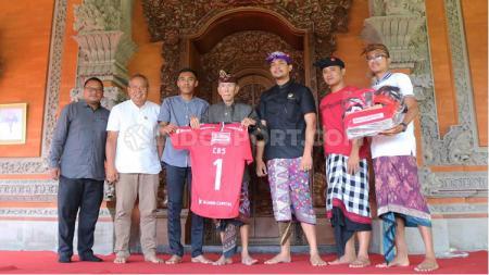 Mantan bupati Gianyar, Tjokorda Gde Budisuryawan saat berpose bersama perwakilan Bali United serta Asprov PSSI Bali di kediamannya, Gianyar, Rabu (4/12/19). Foto: Nofik Lukman Hakim - INDOSPORT