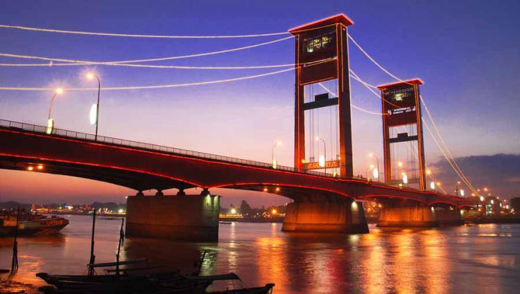 Jembatan Ampera kemegahan simbol di Kota Palembang. Copyright: ksmtour.com