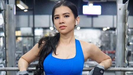 Maria Vania berpose di tempat gym - INDOSPORT