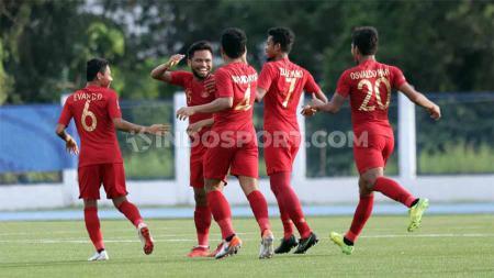 Selebrasi pemain Timnas Indonesia u-23, Saddil Ramdani bersama teman setimnya usai mencetak gol ke gawang Laos U-23 dalam laga SEA Games 2019, Kamis (5/12/19). - INDOSPORT