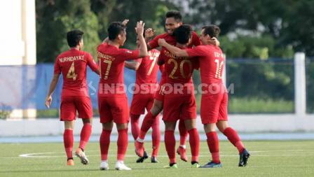 Selebrasi pemain Timnas Indonesia u-23, Saddil Ramdani bersama teman satu timnya usai mencetak gol ke gawang Laos U-23, Kamis (05/12/19).