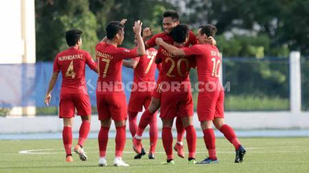 Selebrasi pemain Timnas Indonesia u-23, Saddil Ramdani bersama teman satu timnya usai mencetak gol ke gawang Laos U-23, Kamis (05/12/19). - INDOSPORT