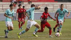 Indosport - Winger Indonesia U-20 All Star, Supriyadi (kedua kanan) berusaha melewati hadangan pemain Inter Milan U-18 dalam laga Bali U-20 International Cup 2019 di Stadion Kapten I Wayan Dipta, Gianyar, Kamis (05/12/19).
