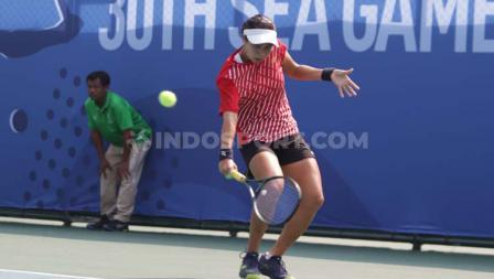 Final tenis tunggal putri Aldila Sutjiadi versus Savanna Ly Nguyen di Rizal Memorial Sport Complex, Manila, Jumat (06/12/19)