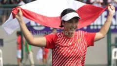 Indosport - Aldila Sutjiadi mengibarkan bendera Indonesia usai meraih medali emas tenis SEA Games 2019 dari nomor tunggal putri.