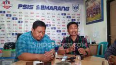 Indosport - Pihak panpel dan manajemen PSIS saat Melakukan Konferensi Pers Jelang Laga Lawan Arema FC.