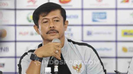 Pelatih Timnas Indonesia U-23 di SEA Games 2019, Indra Sjafri dalam jumpa pers jelang melawan Myanmar U-23 di Stadion Rizal Memorial, Jumat (06/12/19). - INDOSPORT