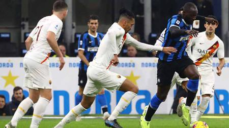 Striker klub Serie A Italia, Inter Milan, Romelu Lukaku (kanan) mendapat penjagaan ketat dari para pemain AS Roma - INDOSPORT