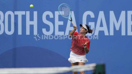 Ganda putri Indonesia, Beatrice Gumulya/Jessy Rompies meraih medali emas tenis SEA Games 2019 usai mengalahkan pasangan Thailand, Plipuech Pengatarn/Tanasugarn Tamarine (6-3, 6-3) di Rizal Memorial Tennis Court, Manila, Sabtu (07/12/19).