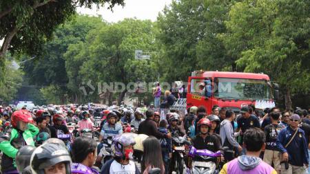 Ribuan suporter Persik Kediri berhasil merubah sejumlah jalan kota menjadi warna ungu, dalam gelaran kirab gelar juara Liga 2 2019 di Kota Kediri. - INDOSPORT