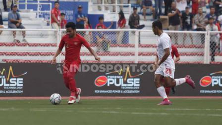 Bintang Timnas Indonesia U-23 Saddil Ramdani coba mencari celah pertahanan Myanmar dalam semifinal SEA Games 2019.