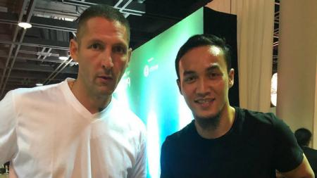 Pemain klub Liga 1 Bali United, Gunawan Dwi Cahyo berfoto bersama Marco Materazzi. - INDOSPORT