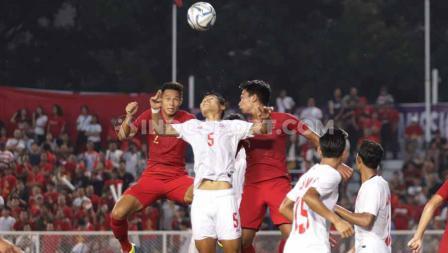 Andy Setyo dan rekannya berusaha mengamankan bola udara pemain Myanmar dalam babak semifinal SEA Games 2019.