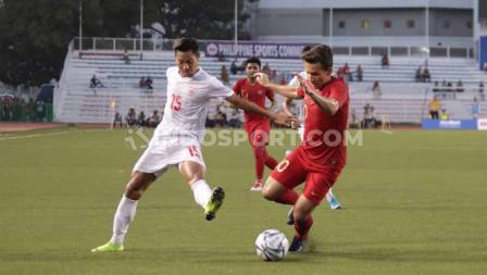 Bek Myanmar berusaha merebut bola dari pemain Timnas Indonesia U-23, Egy Maulana Vikri di babak semifinal SEA Games 2019.