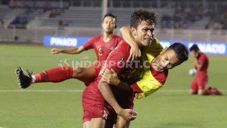 Selebrasi pemain Timnas Indonesia U-23, Osvaldo Haay usai bersama Irkham Milla mencetak gol ke gawang Myanmar U-23 babak semifinal SEA Games Filipina 2019, Sabtu (07/12/19).