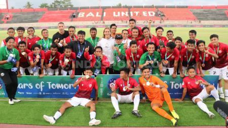 Para penggawa Indonesia U-20 Allstar menjadi juara ketiga Bali U-20 International Cup 2019, setelah mengalahkan Arsenal U-18 4-2 di Stadion Kapten I Wayan Dipta, Gianyar, Sabtu (7/12/19). - INDOSPORT