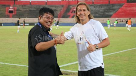 Manajer Indonesia U-20 Allstar, Gede Widiade saat berpose dengan legenda Real Madrid, Michel Salgado. - INDOSPORT