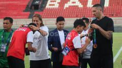Indosport - Legenda Real Madrid, Michel Salgado (kiri) dan legenda Inter Milan, Marco Materazzi saat mengalungkan medali juara ketiga kepada tim Indonesia U-20 Allstar.