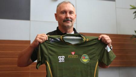 Pelatih Tira Persikabo, Igor Kriushenko menyambut positif wacana PSSI kembali menggulirkan Liga 1, setelah sempat berhenti karena pandemi virus corona. - INDOSPORT