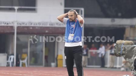 Rasa penasaran dari pelatih Myanmar U-23, Velizar Popov melihat anak asuhnya saat melawan Timnas Indonesia di SEA Games 2019