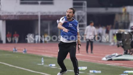 Pelatih Myanmar U-23, Velizar Popov tampak emosi melihat permainan anak asuhnya, sedangkan pelatih Timnas Indonesia U-23, Indra Sjafri tampak lebih tenang