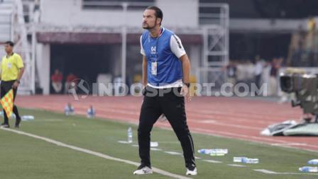 Sorotan tajam dari Velizar Popov melihat permainan anak asuhnya, Myanmar U-23 saat melawan Indonesia U-23 di ajang SEA Games 2019