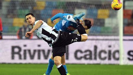Duel pemain Udinese, Kevin Lasagna (kiri) dengan bek Napoli, Kostas Manolas dalam pertandingan Liga Serie A Italia 2019-2020 pekan ke-15 - INDOSPORT