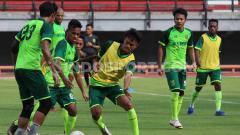 Indosport - Pemain klub Liga 1 2019, Persebaya Surabaya saat mengikuti official training (OT) di Stadion GBT.