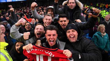 Ratusan fans Manchester United menerobos Old Trafford jelang laga kontra Liverpool dalam laga lanjutan Liga Inggris pekan ke-34, Minggu (02/05/21). - INDOSPORT